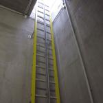 Kompozitní nástěnný žebřík se záchytným systémem proti pádu - ČOV Zaječí