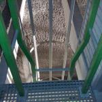Kompozitní žebřík s rozšířeným výlezem a ochranným košem - Kolektor Brno Koliště