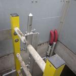 Detail kompozitního nástěnného žebříku se záchytným systémem proti pádu