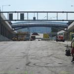 Tunely Dobrovského Brno - kompozitní opláštění teplovodu na lávce v pozadí