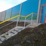 D47 - kompozitní zábradlí na únikovém schodišti za protihlukovou stěnou
