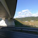 Most Budča - R1 - obslužná kompozitní lávka opěry mostu se zábradlím