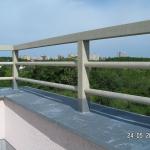 Malešická stráň - detail osazení terasy kompozitním zábradlím