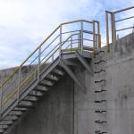 ČOV Modřice - jednoramenné kompozitní schodiště s plošinou ukotvenou do stěny nádrže
