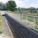 Opatření Holasovice - ochrana PB území - zábradlí se svislými výplněmi na gabionové zdi
