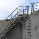 Jednoramenné kompozitní schodiště s plošinou ukotvenou do stěny nádrže - ČOV Modřice