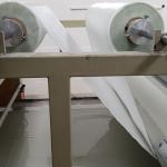 SMC - ukládání skelné tkaniny na vrstvu pryskyřice
