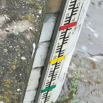 Tišnov - kompozitní vodočetná lať s nosným profilem a barevným označením stupňů povodňové aktivity