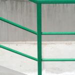 Detail napojení šikmého a vodorovného kompozitního zábradlí v zákaznických barvách